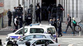El coche de policía delante de la iglesia donde se ha producido el ataque.