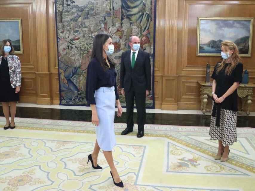La Reina ha lucido pendientes de Chanel.