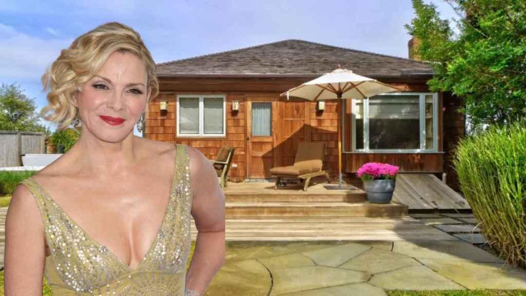 Kim Cattral, junto a su casa de vacaciones, en un fotomontaje de JALEOS.