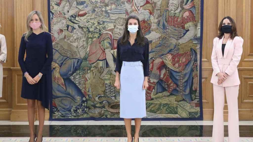 La reina Letizia con falda de Hugo Boss en el palacio de la Zarzuela.