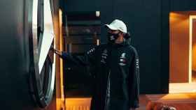 Hamilton toca el logo de Mercedes