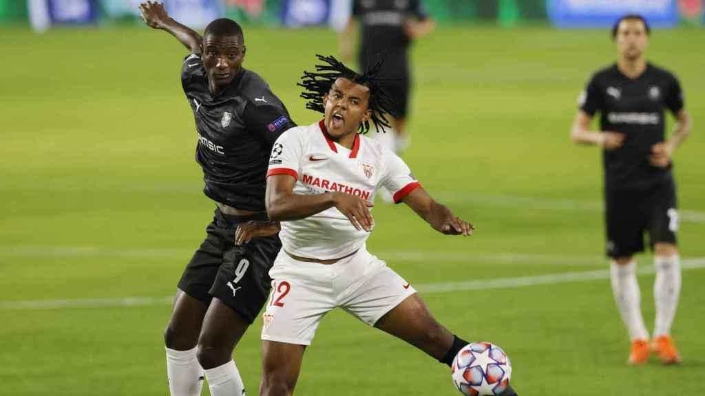 Julen Koundé ante Jordan Siebatcheu, en el Sevilla - Rennes de la Champions League