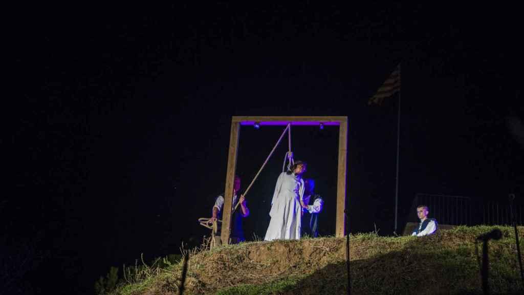 Una chica interpreta a la bruja siendo ejecutada.
