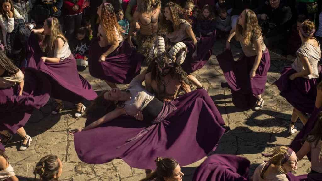 La representación teatral se realiza al aire libre el 1 de noviembre, día de Todos los Santos.