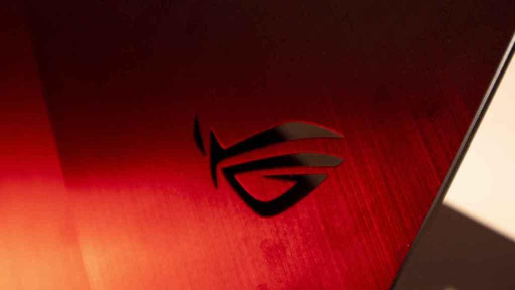 Logo de ASUS en el portátil.