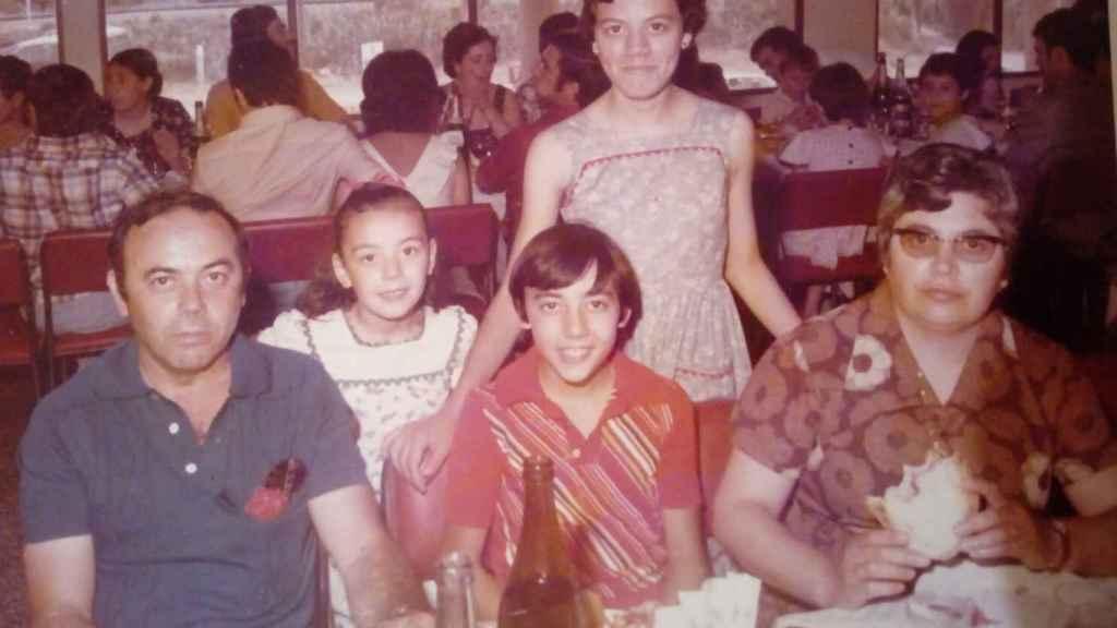 Toñi y María (c) junto a sus padres, Pepe y Antonia, y su hermano José, cuando residían en la localidad catalana de Gavá.