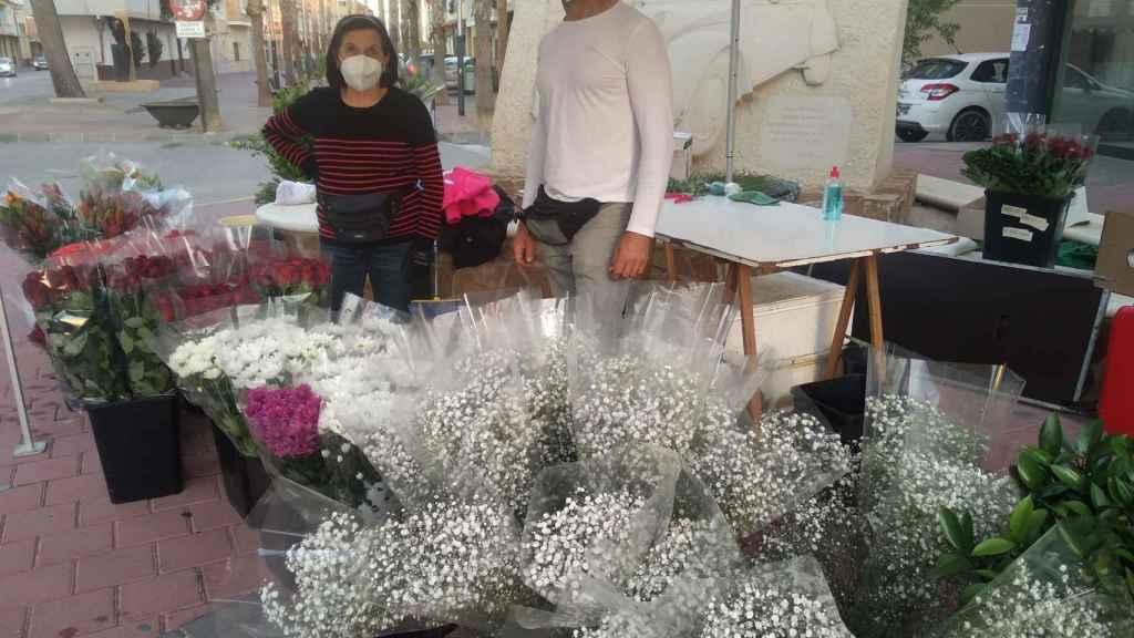Los vendedores de flores han sufrido una caída de ventas de flores en Campos del Río por el brote que obligará a cerrar el cementerio.