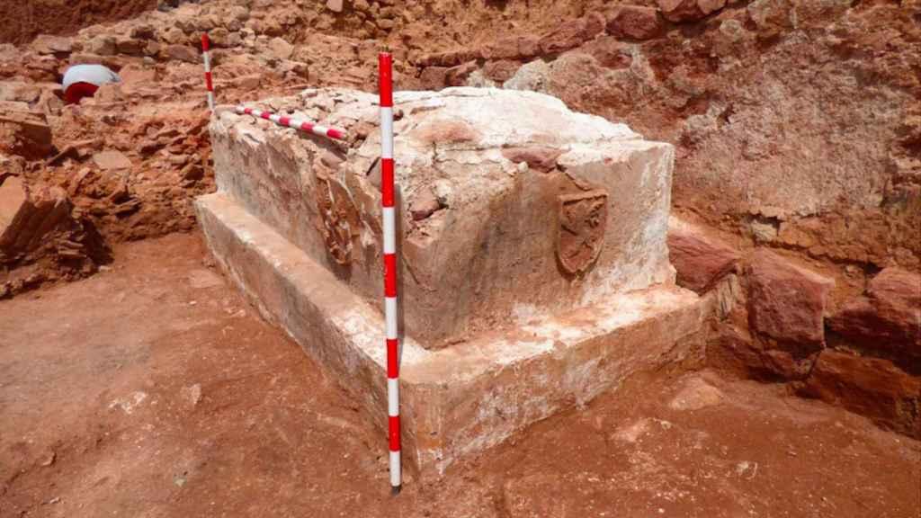 El llamado sepulcro de los Leones, hallado en la nave central de la iglesia de la Virgen.