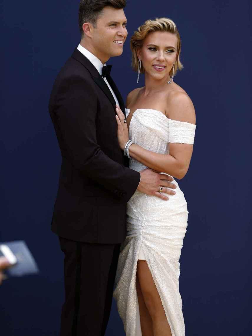 Colin Jost y Scarlett Johansson, en los premios Emmy 2017.