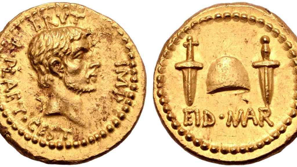 Moneda subastada que representa el asesinato de Julio César por parte de Bruto.