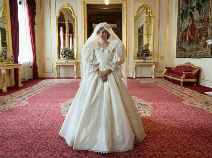 La actriz Emma Corrin caracterizada de Diana de Gales en su boda en 'The Crown'.