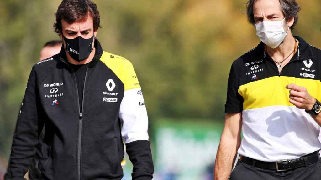 Fernando Alonso reconoce el circuito de Imola junto al ingeniero jefe de Renault, Ciaron Pilbeam
