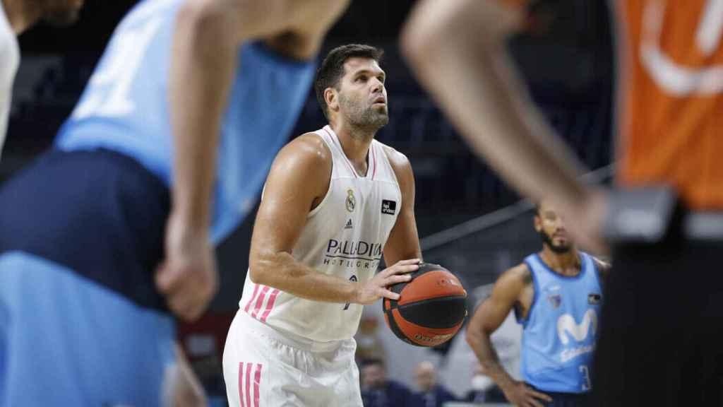 Felipe Reyes lanzando a canasta
