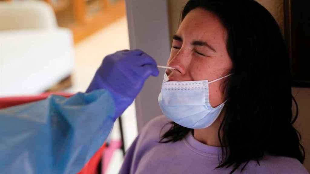 Una persona se somete a una prueba de diagnóstico de la Covid.