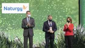 Francisco Reynés, presidente de Naturgy, recogiendo el galardón junto a Su Majestad el Rey Felipe VI y la ministra para la Transición Ecológica, Teresa Ribera.