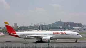 Un avión de Iberia en un aeropuerto.