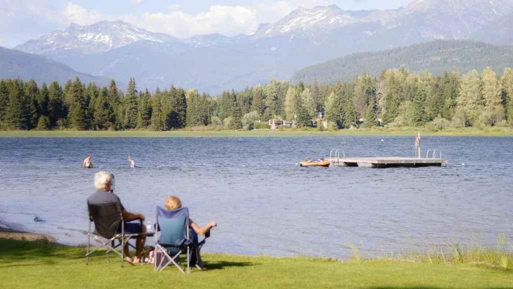 Dos pensionistas pasando el día en un lago.