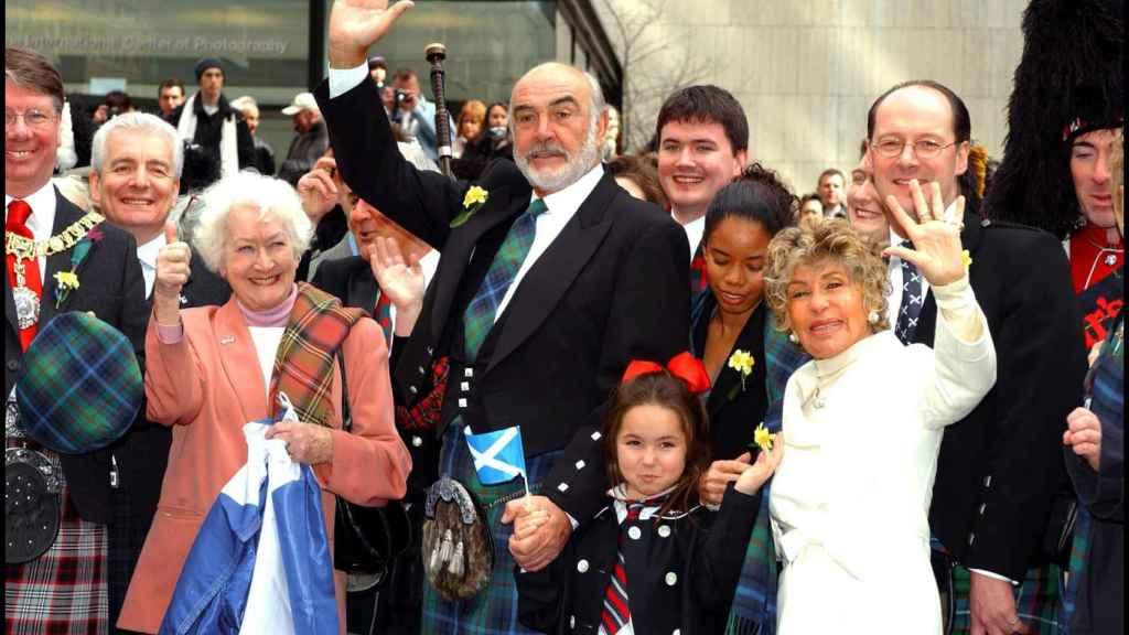 Sean Connery junto a su esposa en la celebración del Tartan Day, día de la fiesta nacional escocesa.
