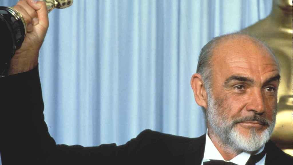 Sean Connery con su esperado Oscar.