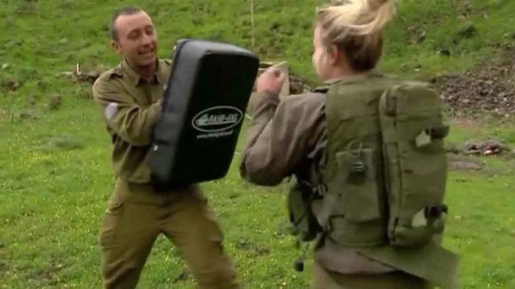 Una mujer soldado israelí durante un entrenamiento.