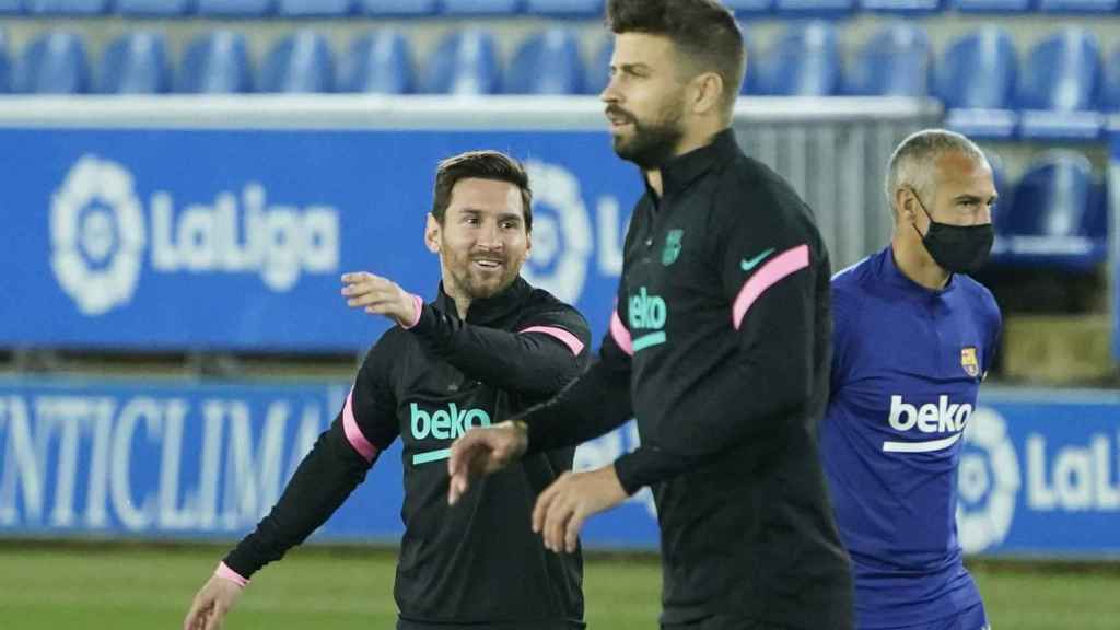 Piqué y Messi calientan antes del Alavés - Barcelona de La Liga