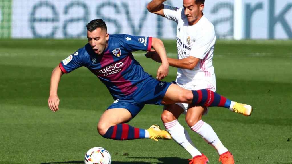 Lucas Vázquez pelea con Borja por un balón