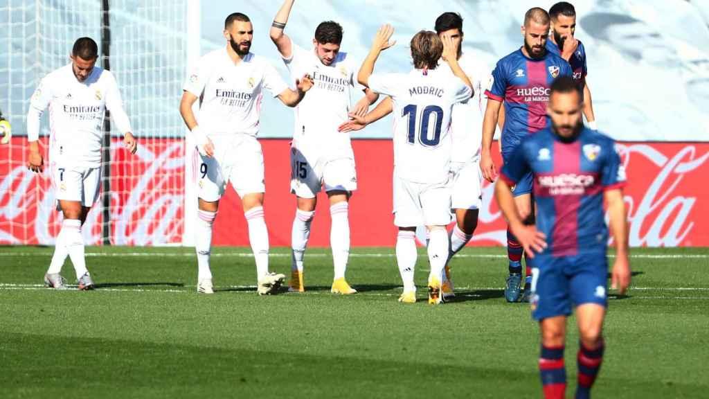 Fede Valverde celebra su gol al Huesca con sus compañeros del Real Madrid