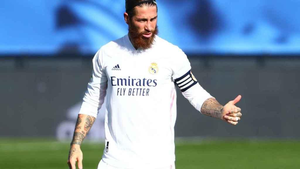 Sergio Ramos felicita a uno de sus compañeros por una acción contra el Huesca