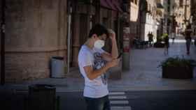 Un joven consulta su teléfono móvil, en Lleida.