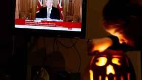 Un televisor retrasmientiendo la comparecencia de Boris Johnson.