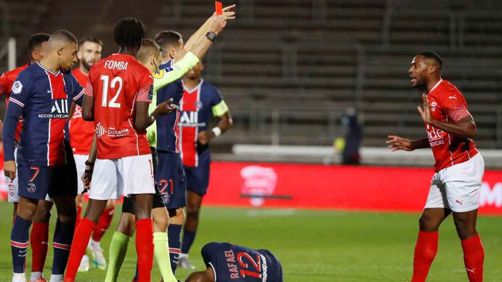 Clement Turpin expulsando a un jugador del Nimes en un partido ante el PSG