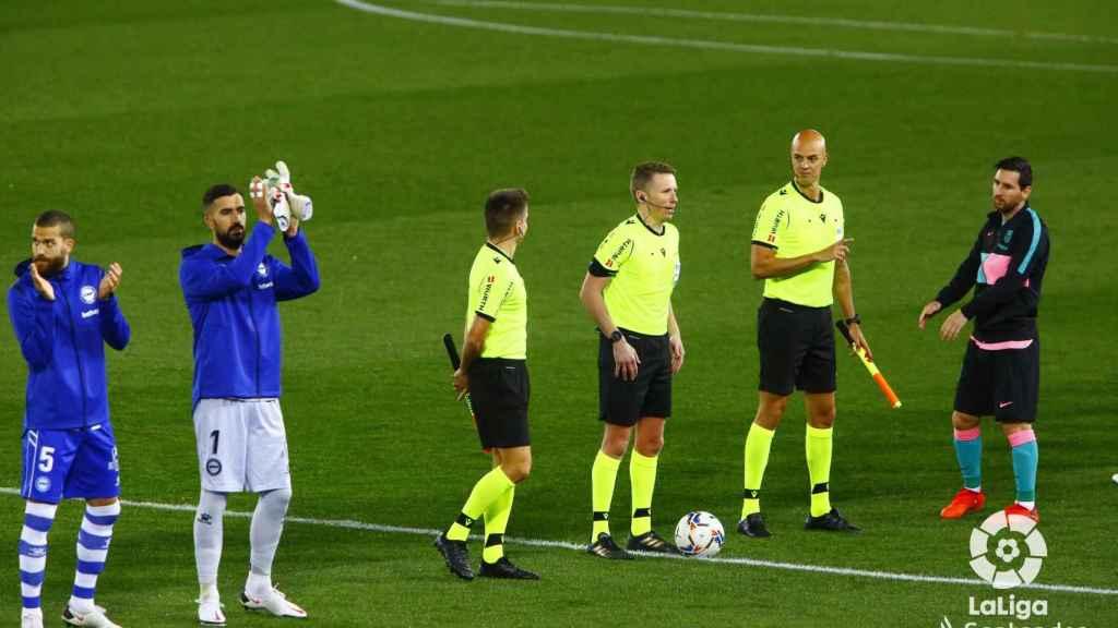 Messi en el saludo inicial junto a los árbitros