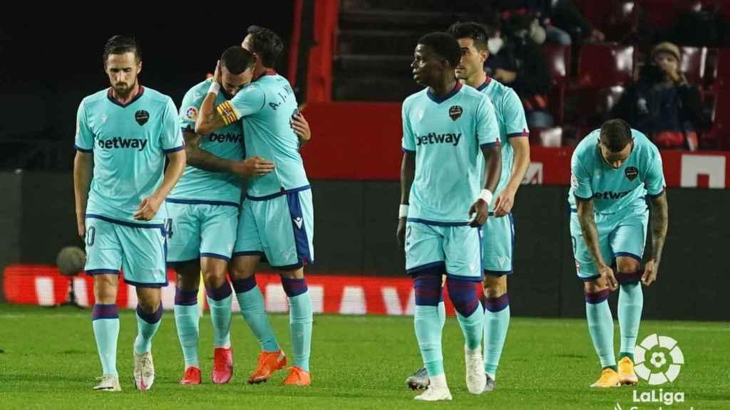 Los jugadores del Levante UD celebra el gol de Vezo