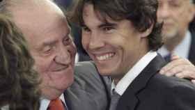 El Rey emérito Juan Carlos y Rafa Nadal, abrazados tras la recepción de los campeones de la Copa Davis de 2011