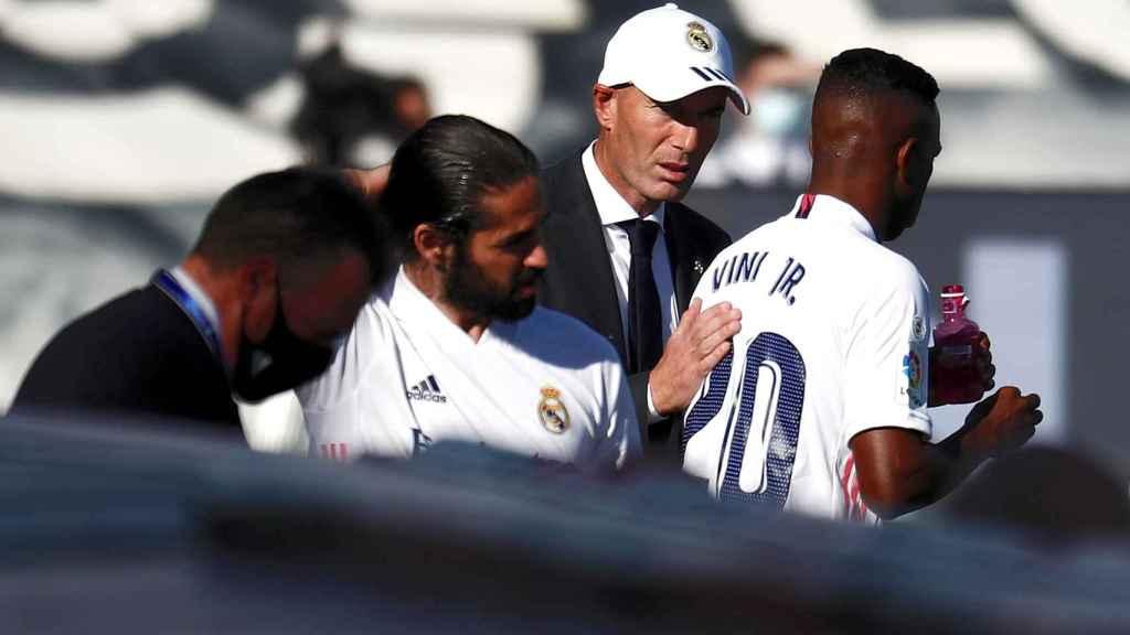 Zinedine Zidane da instrucciones a Vinicius e Isco Alarcón durante el Real Madrid - Huesca