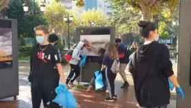 Un grupo de jóvenes limpian Logroño tras los disturbios.