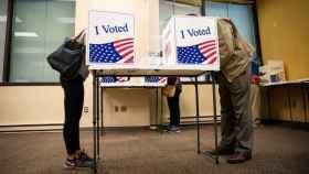 Personas votan de forma anticipada en Arlington, Virginia.
