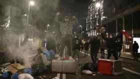 Un grupo de manifestantes plantan cara a la Policía Nacional, en la Gran Vía de Madrid.