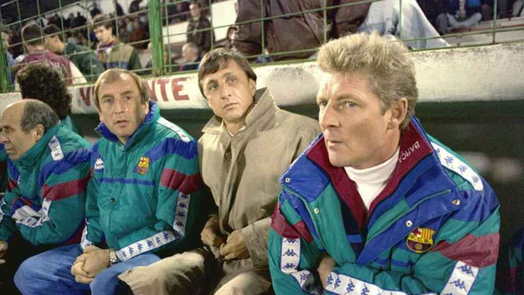 Toni Bruins, a la derecha en la imagen de Johan Cruyff, en el banquillo del Barça