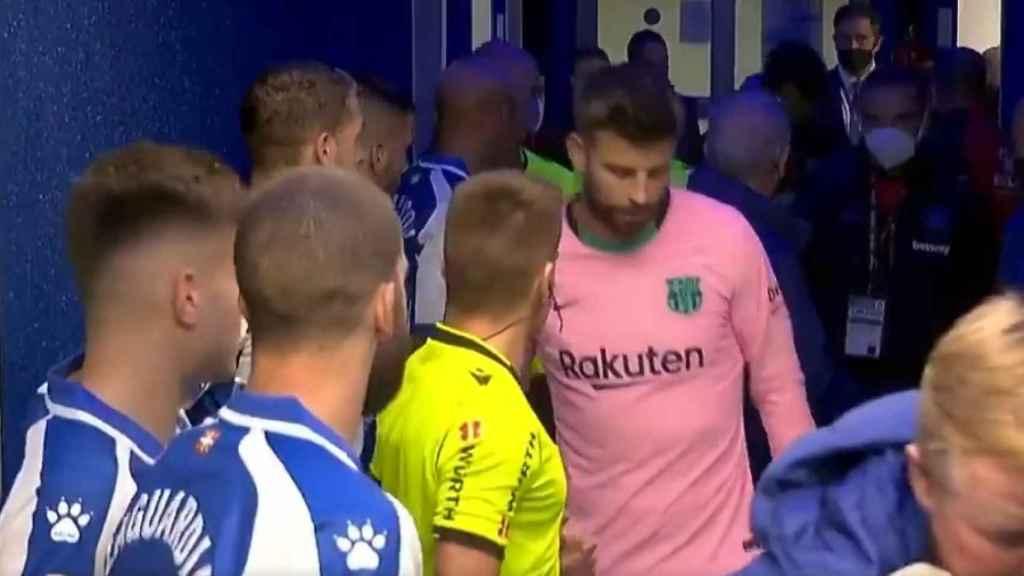 Gerard Piqué y Alejandro Hernández Hernández en el túnel de vestuarios de Mendizorroza durante el Alavés - Barça