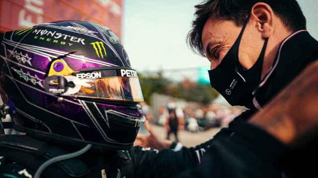 Hamilton y Toto Wolff se abrazan y celebran el triunfo de Mercedes