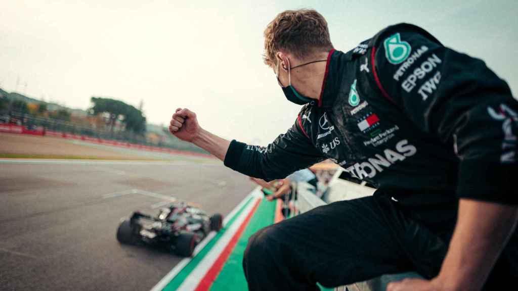 Un mecánico de Mercedes celebra la victoria de Hamilton y el título