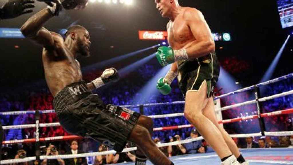 Tyson Fury, tumbando a Deontay Wilder