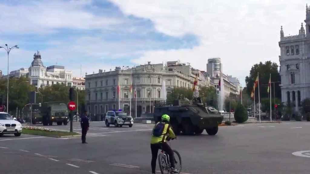 La comitiva del Ejército de Tierra, cruzando el centro de la capital.
