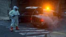 Operario municipal realiza labores de desinfección en Orense.