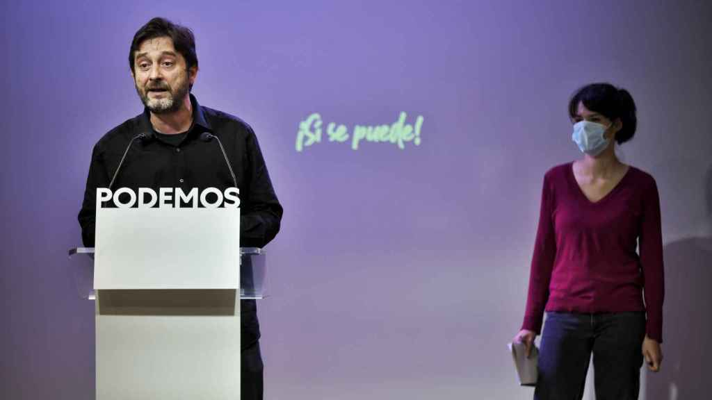 Rafa Mayoral e Isa Serra, portavoces de Podemos, en rueda de prensa.