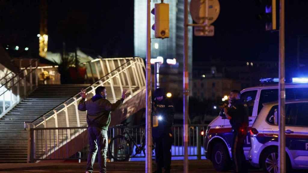 La policía de Viena chequea a una persona en Viena tras el ataque.