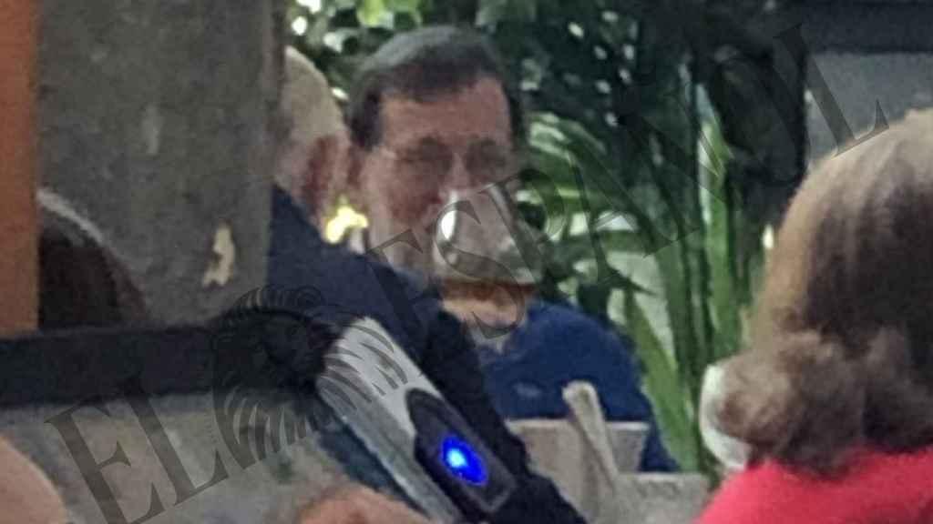 El expresidente Rajoy tomando una copa de vino en Madrid.