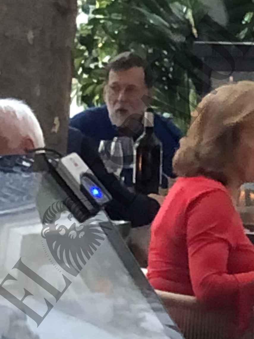 Mariano Rajoy junto a algunos amigos en el restaurante Aarde.