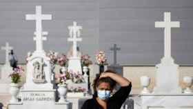 Una mujer visita el cementerio de San Fernando por el Día de Todos los Santos en Sevilla. REUTERS/Marcelo del Pozo